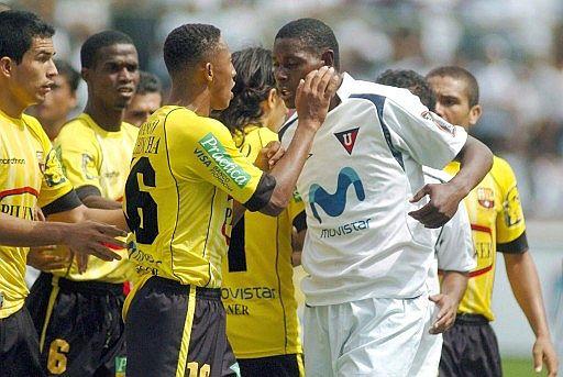 Agustin delgado puñetiza cobarde en casa blanca 2006