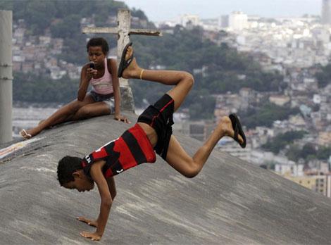 Niños jugando en el Morro Dona Marta . | Reuters