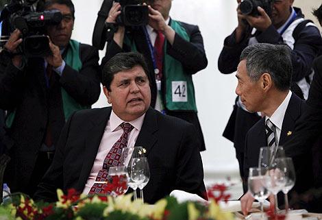 García (izda) con el primer ministro de Singapur, Lee Hsien Loong, antes de volver a Perú. | Efe