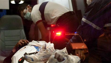 Servicios de urgencia atienden a una mujer herida. | Efe