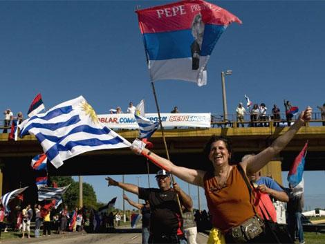Seguidores de Mujica en el centro de Montevideu horas antes de los comícios. | AP
