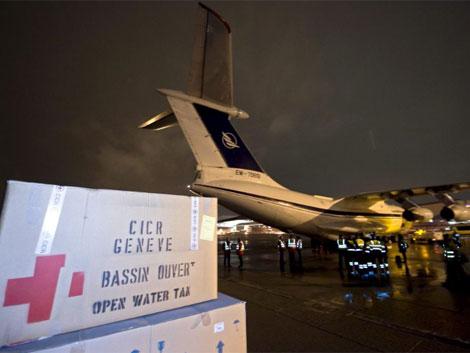 Personal de Cruz Roja carga material para Haití en Ginebra. | Efe