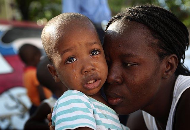 Una mujer cuida de un niño huérfano tras el terremoto. | AFP