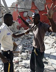 Un policía retiene a un saqueador. | Efe Imágenes