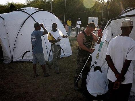 Instalación de tiendas en el campamento de Pandiassou. | AFP