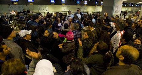 Viajeros increpan al ministro plenipotenciario de Ecuador en el aeropuerto de Barajas.