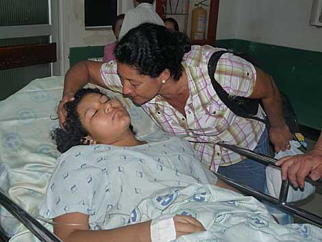 La madre de Yésica Johana besa a su hija tras la operación.   Francisco Argüello