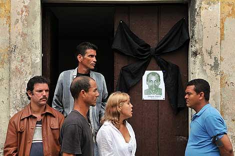 Opositores cubanos frente a la casa de Laura Pollán, en La Habana.  | Efe