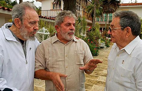 Lula da Silva, entre Fidel y Ra�l Castro el pasado 24 de febrero en La Habana. | Efe