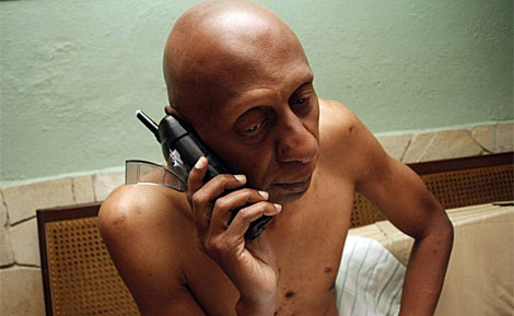 Guillermo Fariñas conversa por teléfono. | Efe