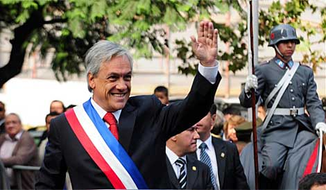 El presidente Sebastián Piñera saluda al salir del palacio de la moneda. | AFP
