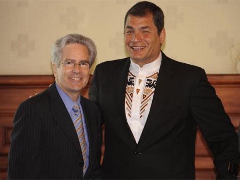 Arturo Valenzuela (Izquierda), Rafael Correa (derecha)