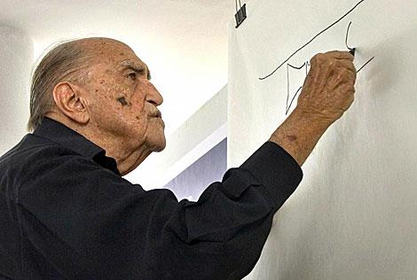 Oscar Niemeyer trabaja en un proyecto en Río de Janeiro. | Efe
