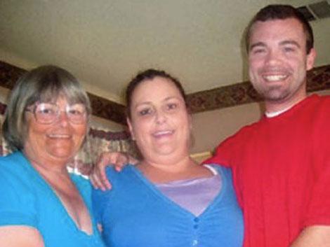 Pearl Carter y Phil Bailey, su nieto y novio, junto a la 'madre de alquiler' que han contratado.