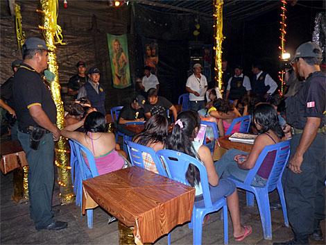 La Fiscalía toma los datos de las menores rescatadas durante un operativo. | Asoc. Huarayo