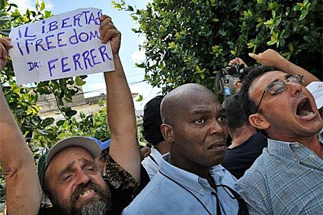Varios disidentes cubanos se manifiestan frente al tribunal. | Efe