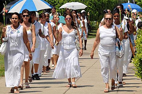 Un desfile de las Damas de Blanco. En primer plano, a la derecha, se ve a Laura Pollán. | Efe