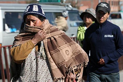 Una boliviana se tapa por las bajas temperaturas. | Efe