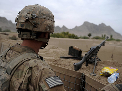 Un soldado estadounidense realiza labores de vigilancia en Kansahar. | AFP