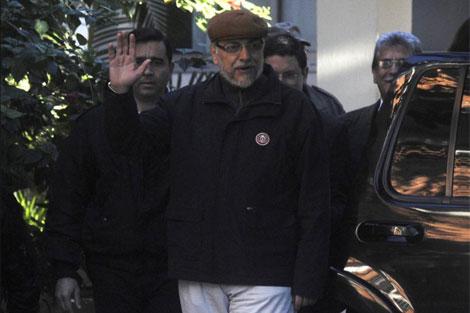 Fernando Lugo saluda mientras deja el hospital donde fue tratado en Asunción. | Reuters