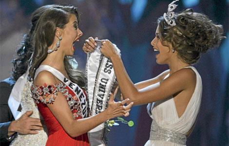 La ganadora del año pasado en el momento de su coronación.