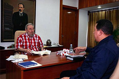 Fidel Castro dialoga con Hugo Chávez en la visita sorpresa del mandatario a Cuba. | Afp