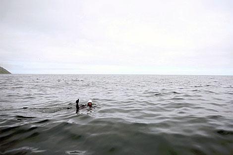 Marcod Díaz en medio del estrecho de Bering.