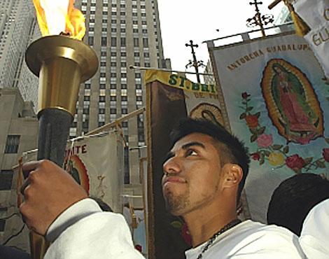 La antorcha bendecida abrirá paso a la marcha por la emigración. | Reuters