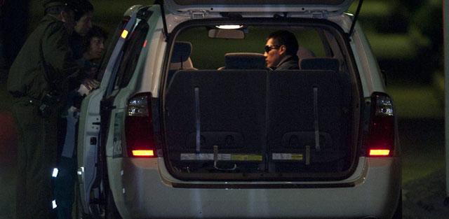 Carlos Mamani espera ser transportado donde sus familiares. | Efe
