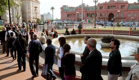 Bonaerenses haciendo cola frente a la Casa Rosada para homenajear a Kirchner. | Efe