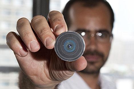Wafaa Bilal muestra la cámara que se implantará en la cabeza. | AP