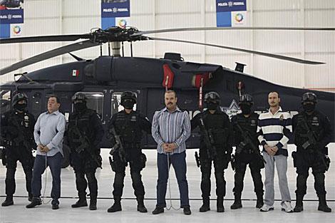 Montemayor (c) es presentado ante la prensa junto a otros dos detenidos. | AP