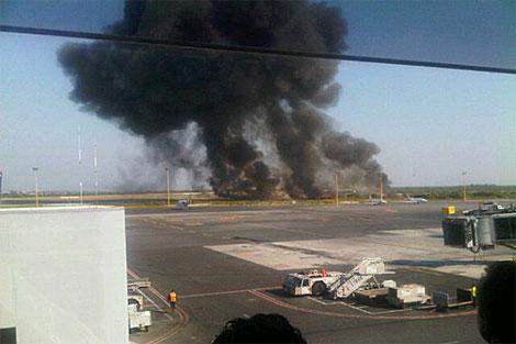 Vista de una larga columna de humo negro en el aeropuerto de Monterrey.