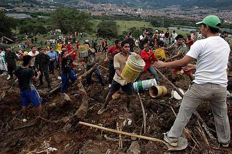 Los equipos de rescate buscan supervivientes en la zona. | Reuters