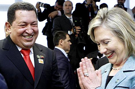 Hugo Chávez y Hillary Clinton conversan el sábado en Brasilia. | Efe