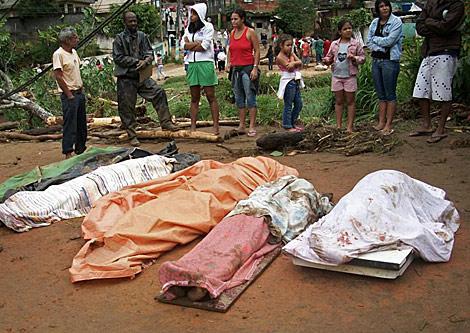 Cinco víctimas de los deslizamientos de tierra en Teresópolis.   AP
