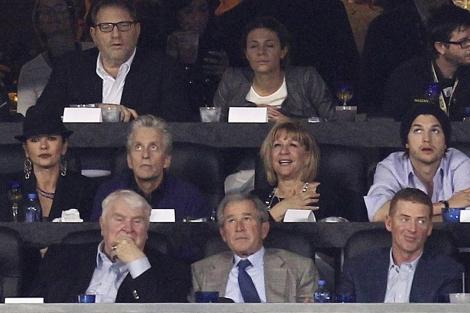 El ex presidente George W. Bush (abajo centro) en el partido de la Super Bowl. | Reuters