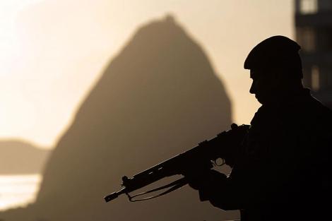 Un policía en la favela Morro dos Prazeres, en Río de Janeiro. | AP