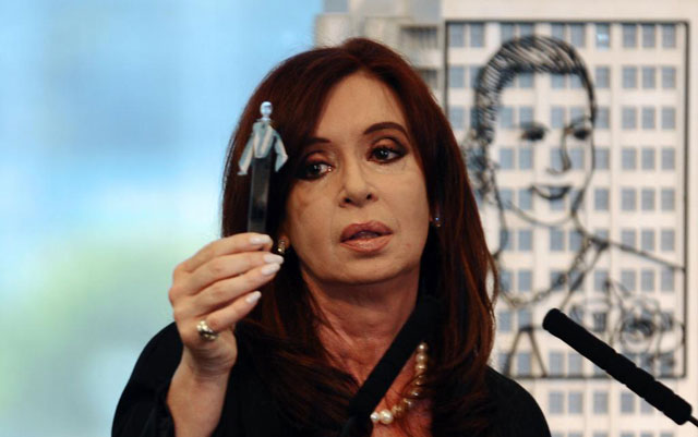 Cristina Kirchner muestra la primera extraccin petrolera de Argentina.| Afp