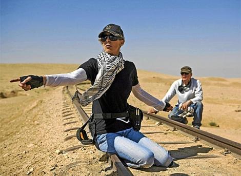 La directora del filme, Kathryn Bigelow, en el rodaje de 'En Tierra hostil'.