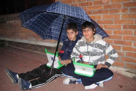 Dos niños con sus ordenadores portátiles en Uruguay.