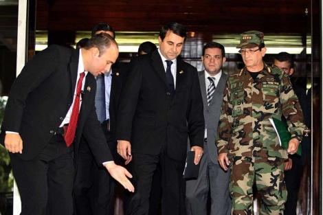 Franco abandona la sede militar junto al general Felipe Melgarejo.| Afp