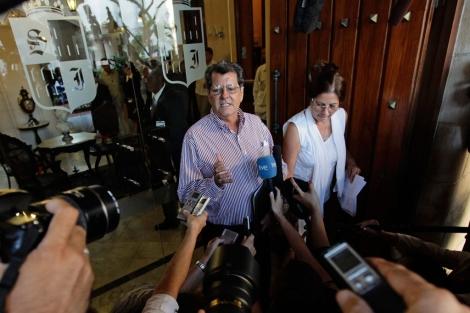 La mujer de Osvaldo Payás, Ofelia Acevedo, en una rueda de prensa hoy. | Reuters