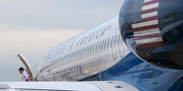 El candidato republicano a la Casa Blanca, Mitt Romney, bajando del avión.| Afp
