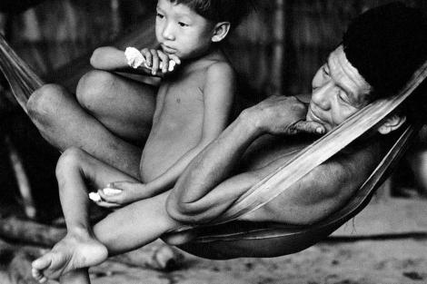 Un hombre y un niño de la etnia yanomami. | Victor Englebert