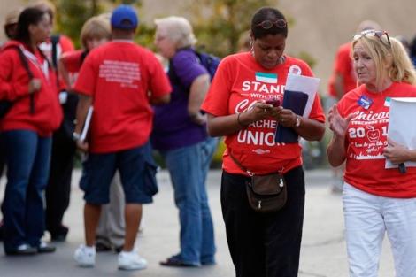 Miembros del sindicato de profesores de Chicago, ayer. | Reuters