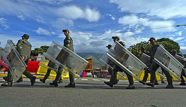 Miembros de la milicia bolivariana, en Caracas. | AFP