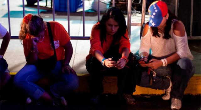 Venezolanos esperando los resultados oficiales. | Efe