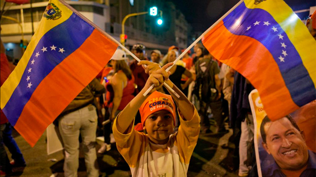 Un niño celebra los resultados de Hugo Chávez. | Efe