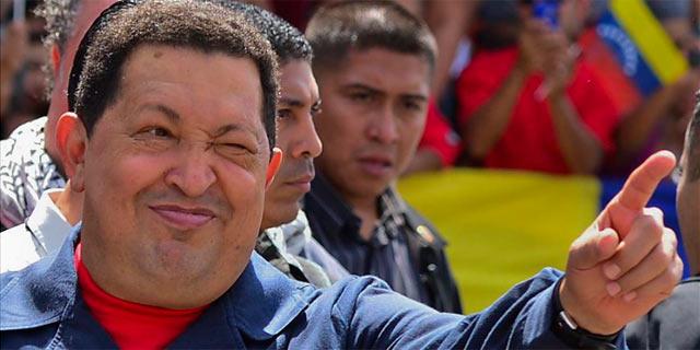 Hugo Chávez saluda a sus seguidores el domingo, en la jornada electoral. | Afp
